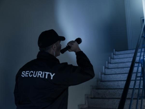 Bảo vệ ca đêm đối mặt với nguy hiểm gì